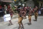 Sejumlah remaja Kampung Joho Baru, Sukoharjo menampilkan tari-tarian saat Pesta Rakyat di Joho, Sabtu (18/10/2014). (Iskandar/JIBI/Solopos)