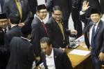 Ketua DPR periode 2014-2019 Setya Novanto (kanan) melambaikan tangan saat Wakil Ketua DPR periode 2014-2014 Fadli Zon (kiri) berpelukan dengan koleganya seusai Sidang Paripurna Pemilihan Pimpinan DPR di Kompleks Parlemen, Senayan, Jakarta, Kamis (2/10/2014) dini hari. (JIBI/Solopos/Antara/Rosa Panggabean)