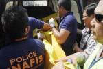 Polisi evakuasi jenazah dari Hotel Kinasih, Solo, Selasa (21/10/2014). (Septian Ade Mahendra/JIBI/Solopos)