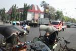 Arus lalu lintas di Proliman, Sukoharjo mengitari Tugu Adipura yang berada di tengah jalan, pekan lalu. (Iskandar/JIBI/Solopos)
