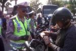 Petugas Satuan Lalu Lintas (Satlantas) Polres Klaten merazia sejumlah kendaraan bermotor di Sub Terminal Delanggu, Selasa (21/10/2014). (Iryam Faiz/JIBI/Solopos)