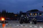Sejumlah polisi berjaga di dekat bus pemain Martapura FC yang dirusak suporter seusai pertandingan Persis Solo melawan Martapura FC pada Babak Delapan Divisi Utama Liga Indonesia di Stadion Manahan, Solo, Rabu (22/10/2014). Kerusuhan tersebut dipicu ketidak tegasan kepemimpinan wasit Ahmadi Jafri selama pertandingan. Sementara hasil pertandingan yang berakhir imbang 1-1 tersebut membuat peluang Persis Solo lolos ISL semakin menipis. (Ardiansyah Indra Kumala/JIBI/Solopos)