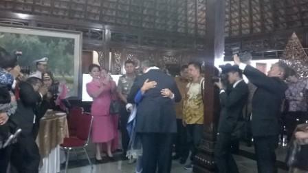 SBY dan Ani Yudhoyono saling berpelukan di Cikeas, Bogor (Detik.com)