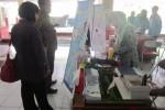 Shofi Salsabila, siswi SMA Muhammadiyah 1 Babat, Lamongan menunjukkan kreasinya berupa pemanfaatan limbah cair industri tempe sebagai alternatif pengganti baterai yang ramah lingkungan, pada Kompetisi Rancang Produk Inovasi yang digelar Himpunan Mahasiswa Teknik Kimia (HMTK), Fakultas Teknik, Universitas Sebelas Maret (UNS) Solo. Kompetisi tersebut merupakan bagian dari Eco Days, yang digelar di Student Center, kompleks kampus setempat, Sabtu (25/10/2014). (Mariyana Ricky/JIBI/Solopos)