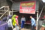 Sejumlah warga Kelurahan Ngadirejo, Kecamatan Kartasura, Sukoharjo setor sampah di bank sampah setempat pekan lalu. (Iskandar/JIBI/Solopos)