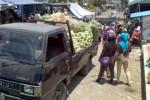 Sejumlah warga mengamati setumpuk sayuran di bak terbuka mobil mini dump di Pasar Sayur Cepogo, Boyolali, Jumat (17/10/2014). Saat musim penghujan diprediksi jumlah sayuran yang masuk pasar tersebut semakin banyak. (Irawan Sapto Adi/JIBI/Solopos)