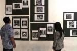 Pengunjung melihat karya seni grafis yang dipajang saat pameran Seni Grafis di Galeri Seni Rupa, Kampus UNS Kentingan, Solo, Jumat (3/10/2014). (Septian Ade Mahendra/JIBI/Solopos)