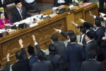Anggota DPR dari Fraksi PDIP memprotes pimpinan sidang sementara Popong Otje Djundjunan (kiri) dan Mudaffar Sjah (kedua kiri) dalam Sidang Paripurna II DPR untuk pemilihan pimpinan DPR di Kompleks Parlemen Senayan, Jakarta, Rabu (1/10/2014). PDI Perjuangan meminta sidang dihentikan dan dilanjutkan pada Kamis (2/10/2014). (JIBI/Solopos/Antara/Rosa Panggabean)