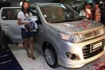Sales promotion girl (SPG) berpose di depan Suzuki Karimun Wagon R GS saat launching mobil terbaru itu di Hartono Lifestyle Mall, Solo Baru, Sabtu (18/10/2014) malam. Karimun Wagon R GS diharapkan akan meramaikan pasar city car di Solo Raya. (Sunaryo Haryo Bayu/JIBI/Solopos)