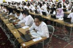 Peserta ujian calon pegawai negeri sipil (CPNS) mengerjakan soal dengan metode computer assisted test (CAT) di Graha Soloraya, Kantor Bakorwil II Gladak, Solo, Kamis (16/10/2014). Ujian yang berlansgung hingga Senin (27/10/2014) tersebut diikuti 10.656 peserta yang mendaftarkan diri untuk menjadi CPNS Boyolali, Wonogiri, Sragen, dan Solo. (Ardiansyah Indra Kumala/JIBI/Solopos)