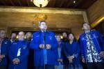 Ketua Umum Partai Demokrat Susilo Bambang Yudhoyono (tengah) memberikan keterangan pers dengan didampingi Ani Yudhoyono (kedua dari kanan), Sekjen Partai Demokrat Edhie Baskoro Yudhoyono (kanan), Ketua Harian Partai Demokrat Syarief Hasan (ketiga dari kiri) dan Wakil Ketua Umum DPP Partai Demokrat Max Sopacua (kiri) seusai menghadiri Rapat Koordinasi Partai Demokrat di Hotel Sultan, Jakarta, Selasa (30/9/2014). Susilo Bambang Yudhoyono selaku presiden RI akan mengeluarkan Peraturan Pemerintah Pengganti Undang-undangan (Perppu) terkait UU Pilkada yang beberapa waktu lalu ditetapkan DPR dengan menghapuskan pilkada langsung. (JIBI/Solopos/Antara/Andika Wahyu)