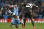 Pemain Man City Zabaleta (Ki) jungkir balik dihadang pemain AS Roma Jose Holebas. JIBI/Rtr/Andrew Yates