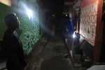 Warga bersama Komunitas Mural Batik tengah membatik dinding rumah untuk menyambut Hari Batik 2 Oktober mendatang di RT 1 RW 8, Kepek I, Kepek, Wonosari, Gunungkidul, Senin (29/9/2014) malam. (JIBI/Harian Jogja/Kusnul Isti Qomah)