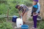 Warga di wilayah lereng Merapi di perbatasan Klaten dan Daerah Istimewa Yogyakarta (DIY) mengambil air dari sumber Bebeng, Rabu (15/10/2014). Badan Penanggulangan Bencana Daerah (BPBD) Klaten bersama Paguyuban Bebeng melakukan uji coba mengalirkan air ke permukiman warga. (Ayu Abriyani/JIBI/Solopos)