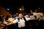 Polisi mundur setelah menghadapi demonstran pro demokrasi di dekat markas pemerintah di Hong Kong, Selasa (14/10/2014) malam. (JIBI/Solopos/Reuters)