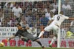 Karim Benzema saat menjebol gawang Barcelona yang dijaga Bravo. Ist/Dok