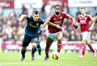 Pemain Manchester City Aguero (kiri) duel berebut bola melawan pemain West Ham United. Ist/detiksport
