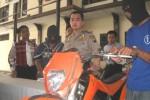 Kapolres Wonogiri, AKBP Windro Akbar Panggabean (tengah) menunjukkan dua tersangka pencurian kendaraan bermotor (curanmor), Nurrohim, 24 (kanan) dan Agus Susanto, 30 (dua dari kiri), keduanya warga Magetan, Jatim beserta barang bukti berupa sepeda motor tril di Mapolres Wonogiri, Selasa (21/10/2014). (Trianto Hery Suryono/JIBI/Solopos)
