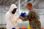 Tentara Amerika Serikat berlatih menggunakan pakaian khusus yang berfungsi melindungi diri dari virus ebola, Kamis (9/10/2014), di Fort Campbell, Kentucky, Amerika Serikat (AS). Mereka diterjunkan ke Afrika Barat dalam upaya memerangi penyakit ebola. (JIBI/Solopos/Reuters)