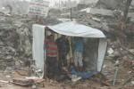 Warga Palestina berlindung dari hujan di dalam tempat penampungan sementara di dekat reruntuhan rumah mereka yang hancur akibat serangan Israel beberapa waktu lalu. Foto dilansir Minggu (19/10/2014). (JIBI/Solopos/Reuters)