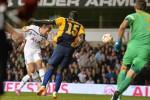 Pemain Tottenham Hotspurs Harry Kane menyundul bola untuk menciptakan gol. Ist/Liputan6.com