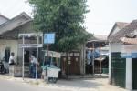 Papan penanda Pasar Jeblog yang terbuat dari kayu sudah jebol, Sabtu (11/10/2014). Kondisi kios pasar yang dibangun tahun 1980-an ini pun memprihatinkan karena belum pernah direnovasi. (Chrisna Chanis Chara/JIBI/Solopos)