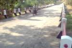 Warga melintas di Jembatan Jetak, Desa Tegalrejo, Kecamatan Sawit, Boyolali, Jumat (17/10/2014). (Irawan Sapto Adhi/JIBI/Solopos)