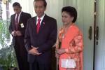 Jokowi dan Iriana sesaat sebelum meninggalkan Rumah Dinas Gubernur DKI Jakarta menuju lokasi pelantikan di Gedung DPR/MPR, Senin (20/10/2014) pagi. (Akhirul Anwar/JIBI/Bisnis)