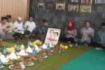 Para relawan Joko Widodo (Jokowi)-Jusuf Kalla (JK) di Kabupaten Karanganyar menggelar tumpengan dan doa bersama, Minggu (19/10/2014). Hal itu dilakukan untuk menyambut pelantikan Jokowi-JK sebagai presiden dan wakil presiden. (Bayu Jatmiko A/JIBI/Solopos)