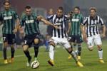 Pemain Juventus Pereyra (3 Ka) duel lawan pemain Sassuolo Longhi (2 Ki). JIBI/Rtr/Giampiero Sposito