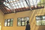 Warga melihat atap di SDN 1 Kalikobok, Tanon, Sragen, yang rusak, Jumat (31/10/2014). Akibat kerusakan tersebut, sebagian siswa terpaksa belajar di rumah warga. (Taufiq Sidik Prakoso/JIBI/Solopos)