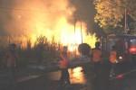 Petugas pemadam kebakaran dan Badan Penanggulangan Bencana Daerah (BPBD)  berusaha meredam kobaran api yang membakar lahan tebu di Papahan, Karanganyar, Minggu (5/10/2014) malam. (Istimewa)