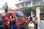 Mobil pemadam kebakaran dioperasikan untuk memadamkan kobaran api di Toko Perkasa di Desa Gabugan, Tanon, Sragen, Senin (6/10/2014). (Kurniwan/JIBI/Solopos)