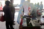 Shofi Salsabila, siswi SMA Muhammadiyah 1 Babat, Lamongan menunjukkan kreasinya berupa pemanfaatan limbah cair industri tempe sebagai alternatif pengganti baterai yang ramah lingkungan, pada Kompetisi Rancang Produk Inovasi yang digelar Himpunan Mahasiswa Teknik Kimia (HMTK), Fakultas Teknik, Universitas Sebelas Maret (UNS) Solo. Kompetisi tersebut merupakan bagian dari Eco Days, yang digelar di Student Center, kompleks kampus setempat, Sabtu (25/10/2014). (JIBI/Solopos/Mariyana Ricky P.D.)
