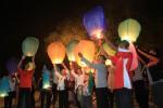 Warga menerbangkan seribu lampion di benteng Vastenburg Solo, Senin (20/10/2014). Lampion tersebut sebagai bentuk harapan baru bagi pemerintahan Jokowi-JK. (Sunaryo HB/JIBI/Solopos)