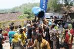 Sejumlah peziarah berebut sisa air pembilasan kain slambu (kelambu) Makam Pangeran Samudro di Gunung Kemukus, Sragen, Sabtu (25/10/2014). (Kurniawan/JIBI/Solopos)