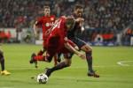 Pemain Benfica Jardel melanggar pemain Bayer Leverkusen Kiessling (Ki) dalam laga Liga Champions. JIBI/Rtr/Ina Fassbender