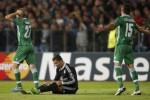 Pemain Madrid Ronaldo terduduk seusai dilanggar pemain Ludogorets. JIBI/Rtr/Stoyan Nenov