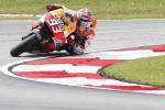 Pembalap Honda MotoGP Marc Marquez saat menikung di sirkuit Sepang Malaysia. Marquez tampil sebagai juara di MotoGP Malaysia 2014. JIBI/Reuters/Olivia Harris