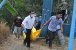 Polisi dibantu warga mengevakuasi mayat yang ditemukan di Kali Pepe, Desa Kedungmulyo, Kecamatan Ampel, Kabupaten Boyolali, Senin (6/10/2014). (Septhia Ryanthie/JIBI/Solopos)