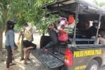 Petugas Satpol PP mengamankan sejumlah pasangan tak resmi dalam razia di sebuah hotel di wilayah Penggung, Ceper, Klaten, Kamis (30/10/2014). (Chrisna Chanis Cara/JIBI/Solopos)