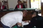 Terdalwa penyelendup narkoba Orchide Arwadib Iwary, 38, berkonsultasi dengan penasihat hukumnya setelah dijatuhi hukuman 18 tahun penjara pada persidangan di Pengadilan Negeri Semarang, Rabu (29/10/2014). (Insetyonoto/JIBI/Solopos)