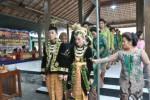 Warga Argomulyo menampilkan upacara adat panggih manten dalam Gelar Potensi Desa Budaya di Balai Desa Agromulyo, Cangkringan, Sleman, Rabu (22/10/2014). (Foto Dok Humas Sleman)