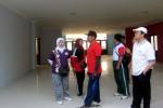 Wali Kota Solo F.X. Hadi Rudyatmo didampingi sejumlah pejabat meninjau kondisi proyek lantai III Kantor Perpusda Solo yang terhenti karena tidak ada alokasi anggaran, Jumat (24/10/2014). (Tri Rahayu/JIBI/Solopos)