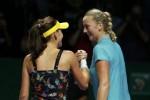Petenis Agnieszka Radwanska (Ki) menyalami Petra Kvitova seusai bertanding di WTA Finals Singapura. JIBI/Rtr/Edgar Su