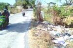 Pengguna jalan melintas di sekitar Jembatan Kali Sendang, Jl. Randusari-Kopen, Desa Nepen, Kecamatan Teras, Boyolali, Jumat (10/10/2014). Sejumlah petani mengeluh dengan sampah yang  menyumbat irigasi setempat. (Irawan Sapto Adhi/JIBI/Solopos)
