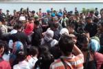 Masyarakat berebut salaman dengan SBY di Jalan Bhyangkara, depan Markas Korem 072 Pamungkas JOgja, Kamis (16/10/2014). (Ujang Hasanudin/JIBI/Harian Jogja)