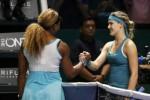 Petenis Serena Williams menjabat tangan Bouchard seusai bertanding. JIBI/Rtr/Edgar Su