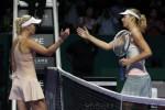 Petenis Caroline Wozniacki berjabat tangan dengan Maria Sharapova seusai bertanding. JIBI/Rtr/Edgar