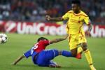 Pemain FC Basel Derlis Gonzalez (Ki) menghadang gelandang Liverpool Raheem Sterling pada laga Champions League Group B . JIBI/Reuters/Arnd Wiegmann